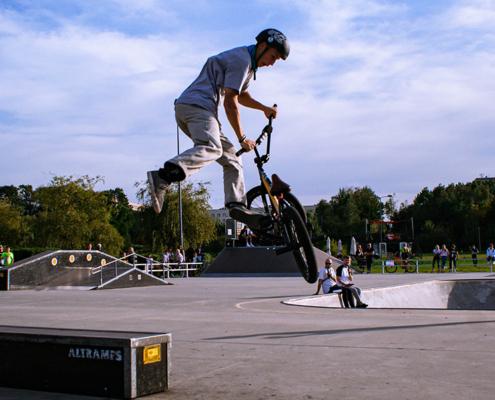 Na zdjęciu uczestnik zawodów robiący efektowny skok na rowerze