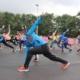 Na zdjęciu grupa zawodników rozgrzewając się przed biegiem