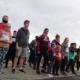 Na zdjęciu grupa zawodników ustawiających się na linii startu