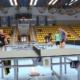 Na zdjęciu uczestnicy ligi grający w tenisa stołowego w hali sportowej