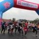 Na zdjęciu brama startowa i moment rozpoczęcia biegu