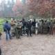 Na zdjęciu grupa organizatorów i uczestników zawodów strzeleckich na strzelnicy