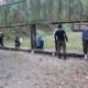 Na zdjęciu strzelcy sprawdzający wyniki prób strzeleckich na swoich tarczach