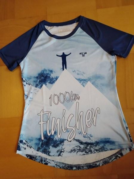 Na zdjęciu projekt niebieskiej koszulki z napisem Finisher 1000km