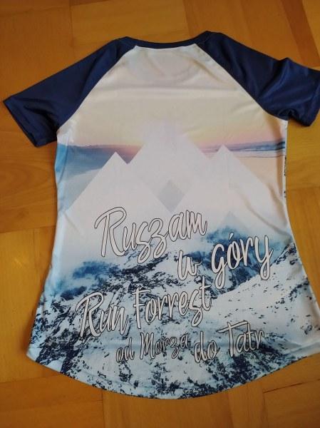 Na zdjęciu projekt niebieskiej koszulki z napisem Ruszam w Góry Run Forest Od Morza do Tatr