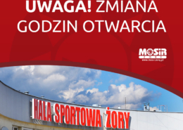 Grafika informująca o zmianach godzin otwarcia, na zdjęciu fragment hali sportowej na tle nieba