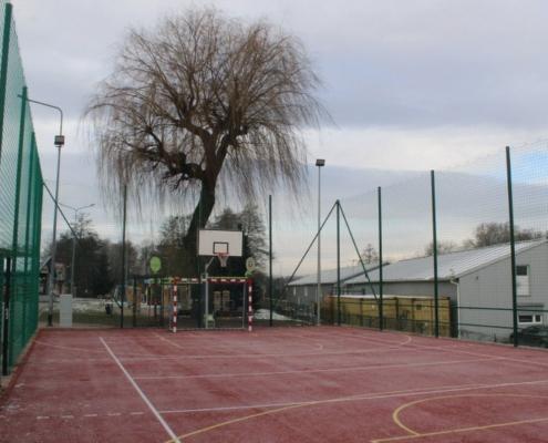 Na zdjęciu widok na boisko wielofunkcyjne z koszem i bramką
