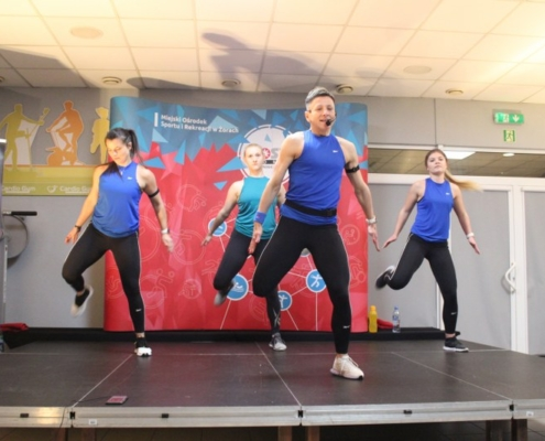 Na zdjęciu cztery instruktorki fintess ćwiczące na siłowni cardio