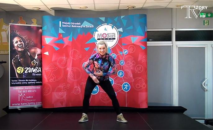Na zdjęciu instruktorka zumby Joanna Dziedzic ćwicząca na scenie w siłowni MOSiR