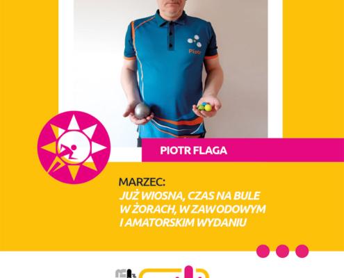 Na grafice na żółtym tle zdjęcie pana Piotra Flagi trzymającego zestaw do gry w bule