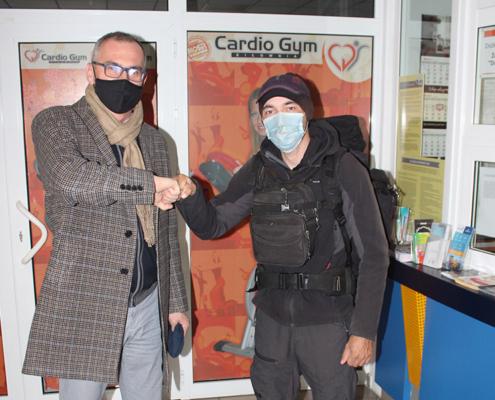 Na zdjęciu dyrektor MOSiR Żory wita się z podróżnikiem Sebastianem Majewskim w hali sportowej