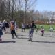 Na zdjęciu grupa osób jeżdżąca na rolkach w Parku Cegielnia