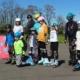 Na zdjęciu grupa osób szkółki rolkowej w Parku Cegielnia