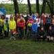 Na zdjęciu grupa spacerowiczów Nordic Walking pozuje do zdjęcia grupowego na deszczowym Śmieszku