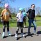 Na zdjęciu uczestnicy szkółki rolkowej ćwiczący jazdę w Parku Cegielnia