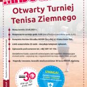 Na plakacie informacje dotyczące turnieju tenisa ziemnego, w tle zdjęcie gracza odbijającego rakietą piłkę