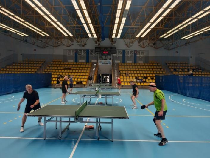 Na zdjęciu zawodnicy ligi ŻALTS grający w tenisa stołowego w hali sportowej