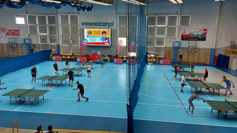 Na zdjęciu turniej tenisa stołowego w żorskiej hali sportowej