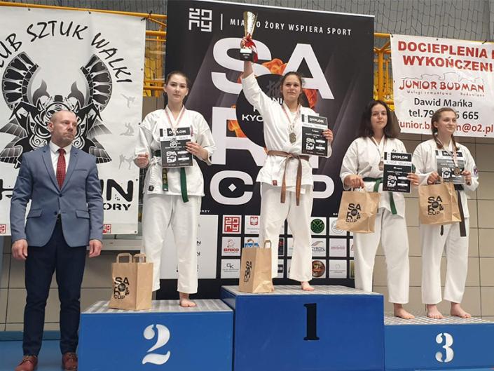 Na zdjęciu zawodnicy turnieju sari cup na podium z nagrodami