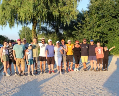 Na zdjęciu zawodnicy turnieju bule w zdjęciu grupowym na bulodromie
