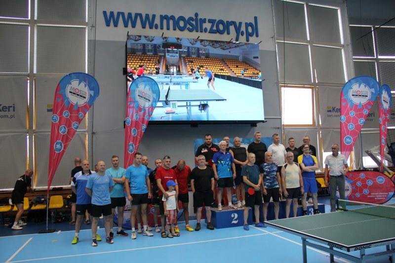 Na zdjęciu wręczenie nagród dla zawodników ligi tenisa stołowego w żorskiej hali sportowej