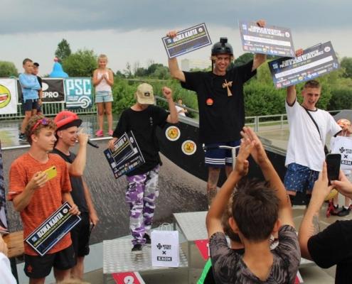 Na zdjęciu laureaci zawodów na podium na skateparku