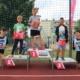 na zdjęciu zawodnicy gier i zabaw na podium z nagrodami