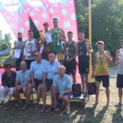 Na zdjęciu zwycięzcy turnieju siatkówki plażowej na podium z nagrodami ustawieni do zdjęcia grupowego