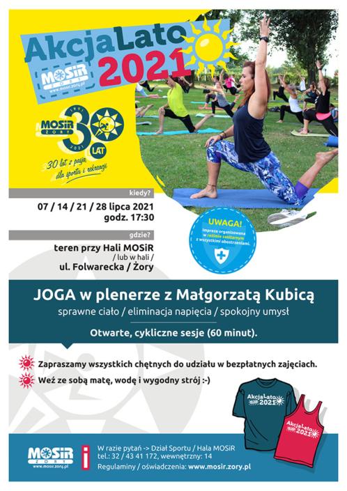 Na plakacie zapowiedź jogi w plenerze, u góry logo Akcji Lato 2021, w środku zdjęcie przedstawiające ćwiczenia jogi na trawie