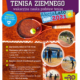 Na plakacie zapowiedź szkółki tenisa ziemnego, w tle pomarańczowe zdjęcie kortu z rakietą, z boku małe zdjęcia z podglądem na zajęcia