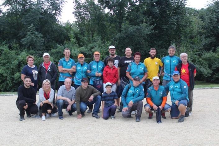 na zdjęciu grupa zawodników turnieju w bule ustawiona do zdjęcia na bulodromie