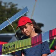 na zdjęciu laureat zawodów szybowców pozujący ze swoim modelem