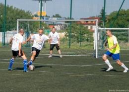na zdjęciu piłkarze na murawie boiska grający w piłkę nożną
