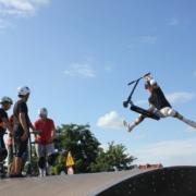 na zdjęciu uczestnik szkółki w efektownym triku na rampie w żorskim skate parku