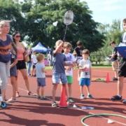 na zdjęciu grupka dzieci podczas konkurencji na boisku sportowym