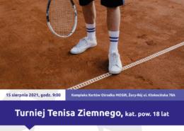 Na plakacie zapowiedź turnieju tenisa ziemnego, u góry logo Akcji Lato 2021, w środku zdjęcie przedstawiające zawodnika z rakietą na korcie - od pasa w dół