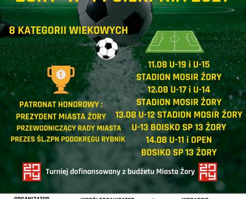 Na plakacie informacje dotyczące turnieju piłki nożnej, u dołu logotypy, w tle ciemne zdjęcie murawy piłkarskiej