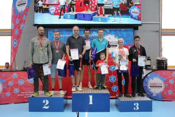na zdjęciu grupowym na podium zwycięzcy turnieju tenisa stołowego