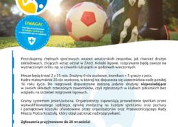 na plakacie informacje o naborze do ligi piłki nożnej, u góry zdjęcie piłki i buta na murawie piłkarskiej