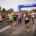 na zdjęciu start biegu głównego, w tle brama startowa, z boku kibice